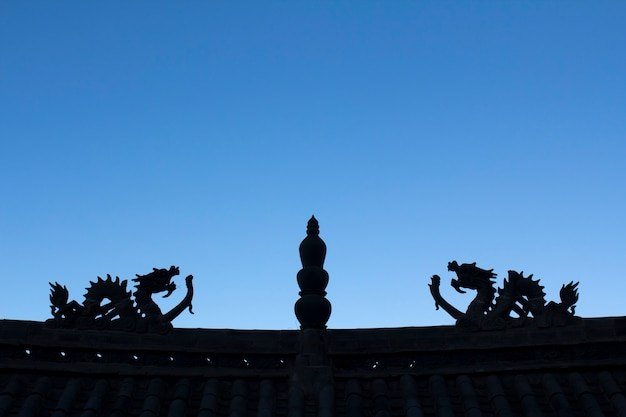 Dragon silhouette sul tetto del tempio cinese