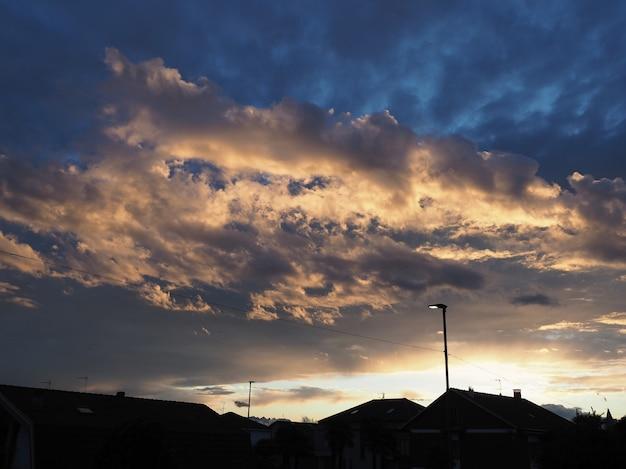 Cielo blu drammatico con sfondo di nuvole