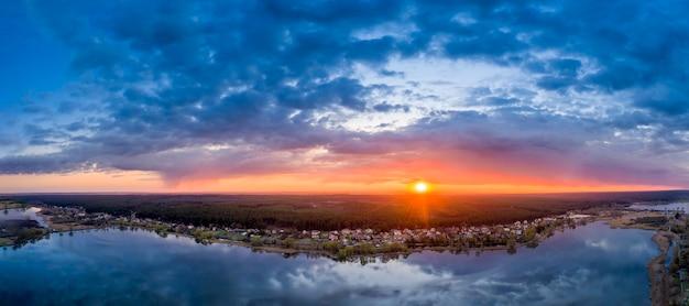 Alba luminosa drammatica o tramonto sul lago