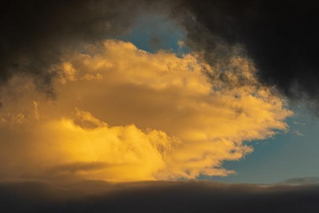 Nuvole drammatiche illuminate il sorgere del sole che fluttua nel cielo blu sfondo meteorologico naturale della meteorologia