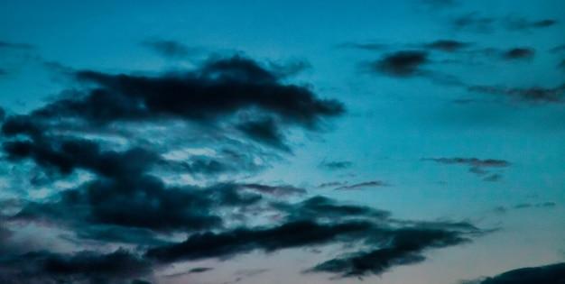 Cloudscape drammatico sfondo naturale. ambiti di provenienza astratti dell'atmosfera della natura. sfondo drammatico cielo e nuvole colorate al tramonto. copia spazio per il sito