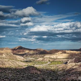 Drammatico cloudscape sopra il canyon panoramico sulla strada per santa rosalia, baja california, messico