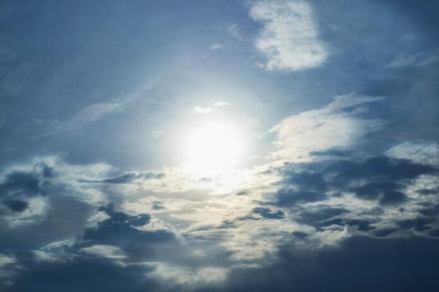 Drammatica struttura cloudscape. cumuli di nuvole bianche con sole splendente. sfondo celeste.