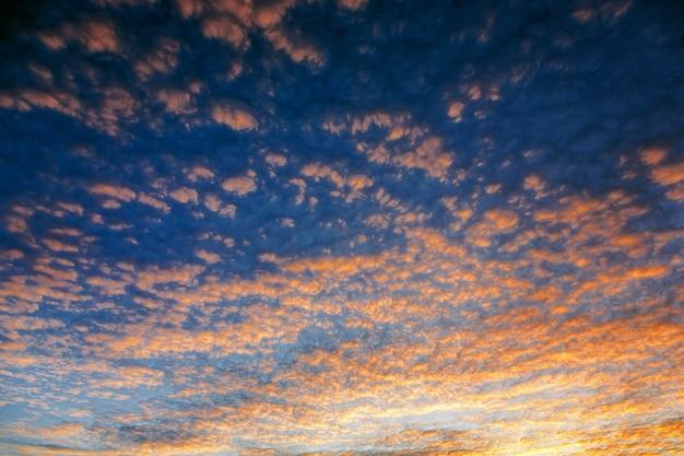 Cielo nuvoloso drammatico al mattino