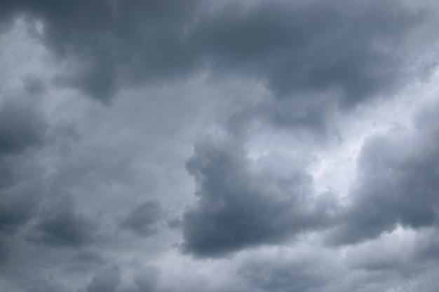 Cielo blu scuro drammatico. giornata di tempesta estiva