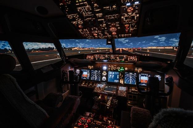 Drammatica vista completa del velivolo boeing moderno della cabina di pilotaggio prima del decollo.