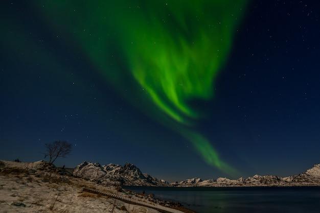 Drammatiche luci polari, aurora boreale sulle montagne del nord europa