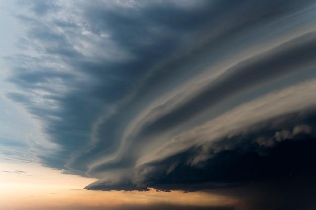 Drammatico cielo piovoso e nuvole scure. vento di uragano. forte uragano sulla città. il cielo è coperto di nuvole nere di tempesta. cielo spaventoso.