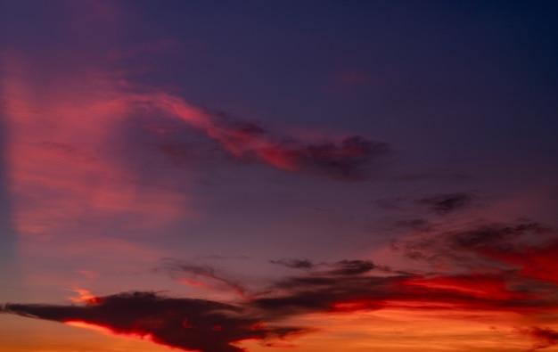 Fondo drammatico di struttura delle nuvole e del cielo blu scuro e rosso drammatico. nuvole rosse, viola e arancioni sul cielo al tramonto. il cielo al tramonto. fondo astratto di tramonto. crepuscolo e alba. colore della natura. concetto di libertà.