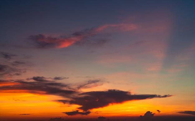 Drammatico cielo rosso e arancione e nuvole texture di sfondo nuvole scure e arancioni sul cielo al tramonto