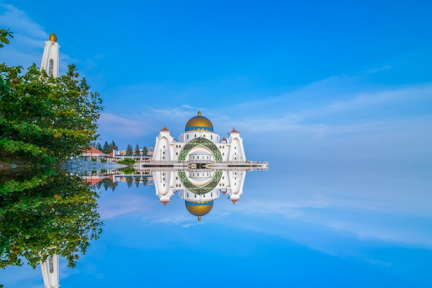 Cielo drammatico e riflessioni alla moschea dello stretto, malacca. composizione della natura. motion blur e soft focus a causa della lunga esposizione. colori vibranti