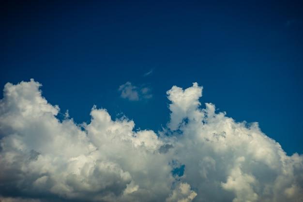Drammatica vista del cielo con nuvole su sfondo blu cielo