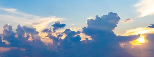 Cielo drammatico con nuvole stravaganti al tramonto