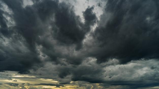 Nubi di tempesta drammatiche al cielo scuro