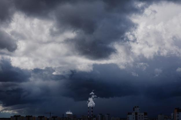 Drammatico cielo tempestoso sopra il quartiere residenziale della città moderna.