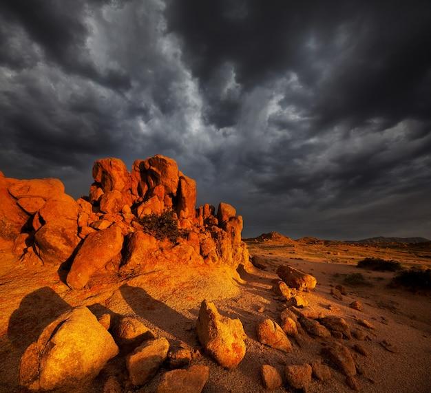 Drammatica scena del tramonto nel deserto di pietra del gobi, mongolia
