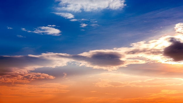 Cielo drammatico al tramonto con nuvole