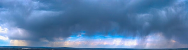 Tramonto spettacolare, i raggi del sole brillano attraverso le nuvole.
