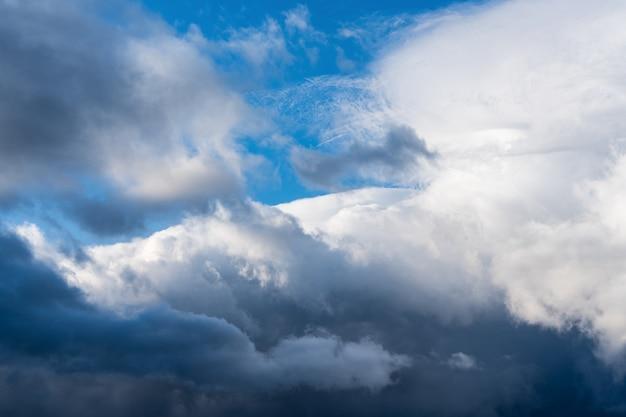 Nuvole drammatiche di temporale che galleggiano nel cielo blu prima della pioggia maestoso sfondo di cloudscape naturale...