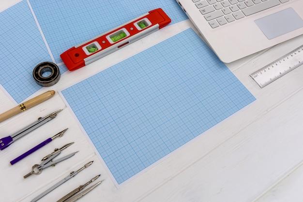 Attrezzatura da disegno per disegnare su carta millimetrata con laptop