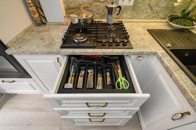 Cassetti tirati fuori a mobili da cucina bianchi classici moderni