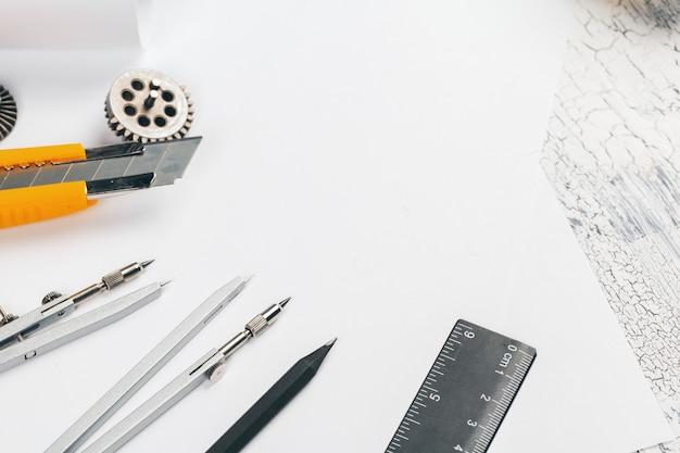 Scrivania da disegno con strumenti per disegnare il fondo di vista superiore
