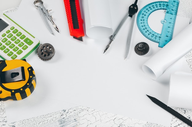 Tavolo da disegno con strumenti per disegnare vista dall'alto