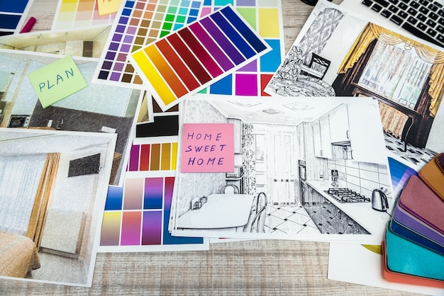 Disegnare una casa moderna con materiale di esempio sulla scrivania creativa, in ufficio. concetto di riparazione o decorazione della casa