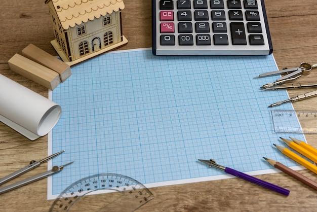 Carta da disegno con modello di casa e diversi strumenti