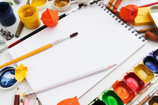Primo piano dei rifornimenti di disegno,