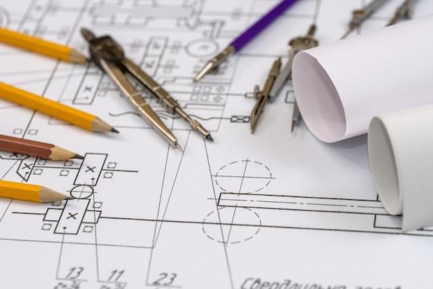 Strumenti di disegno con schemi in rotolo su schema