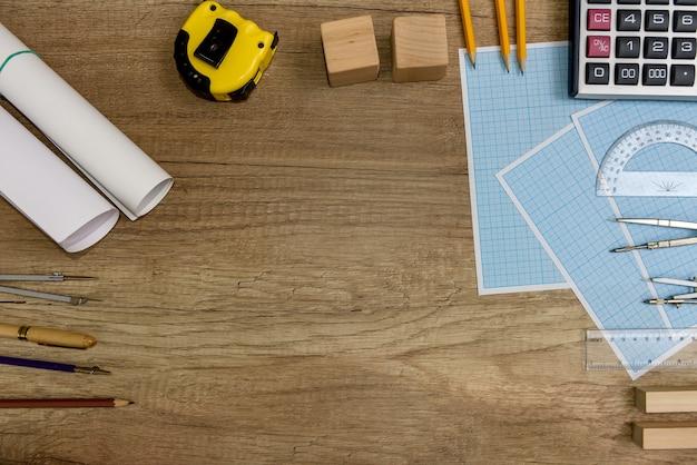 Strumenti di disegno con carta millimetrata su tavola di legno
