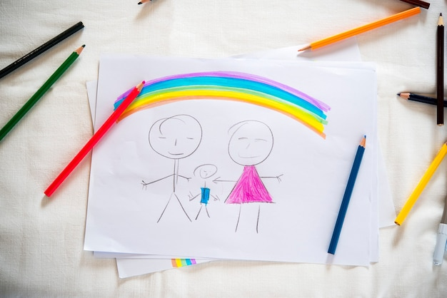 Disegno di una famiglia tradizionale con il simbolo dell'artigianato arcobalen bambino