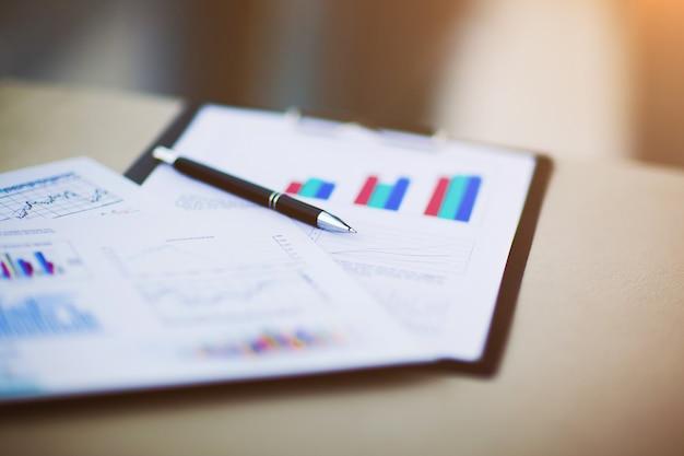 Disegni e grafici di affari di successo