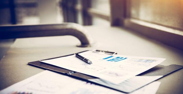 Disegni, diagrammi e grafici di affari di successo, sul posto di lavoro