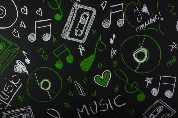 Note musicali disegnate con cassetta; compact disc sulla lavagna