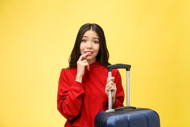 Sogna viaggi e vacanze. ritratto dello studio della donna abbastanza giovane eccitata