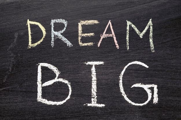 Sogno grande frase scritta a mano sulla lavagna della scuola
