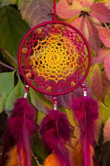 Acchiappasogni con fili di piume e perline da appendere. acchiappasogni fatto a mano