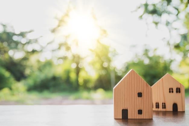 Concetto di casa da sogno, modello di casa in legno sulla natura