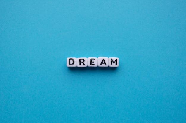 Parola di sogno su sfondo blu
