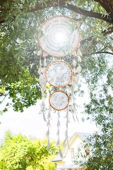 Dreamer è un amuleto con piume e una corda. acchiappasogni fatto a mano