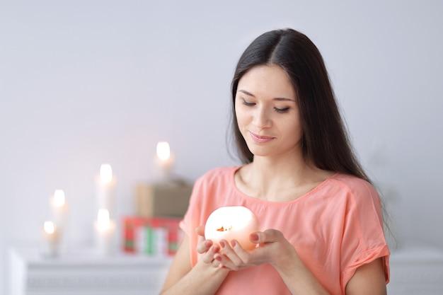 Sogni di donne con una candela decorativa