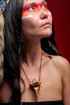 Donna indiana sognante che osserva in su, bella donna in costume tradizionale etnico in posa