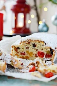 Stollen natalizio di dresda con uvetta, albicocche secche, ciliegie secche e noci