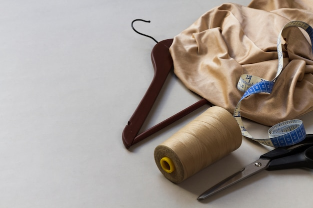 Attrezzatura da sarta con materiali sul posto di lavoro