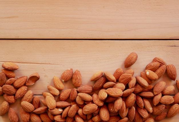 Mandorle secche dado sulla tavola di legno