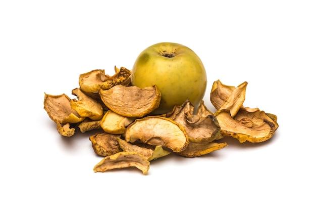 Fette di mela essiccate su sfondo bianco