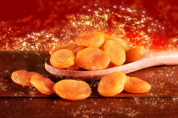 Alimento tradizionale di natale delle albicocche secche decorazione della festa di natale.