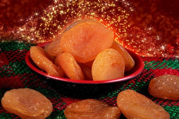 Alimento tradizionale di natale delle albicocche secche. decorazione della festa di natale.